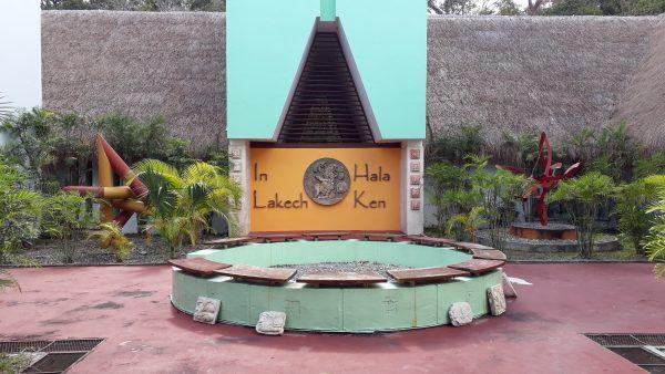 Вход в музей на территории Калакмуль. Приветственная надпись на майянском.