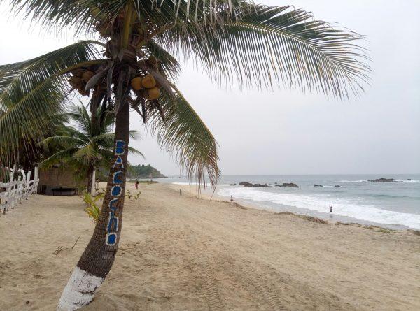 Песок на пляже Bacocho в Пуэрто Эскондидо