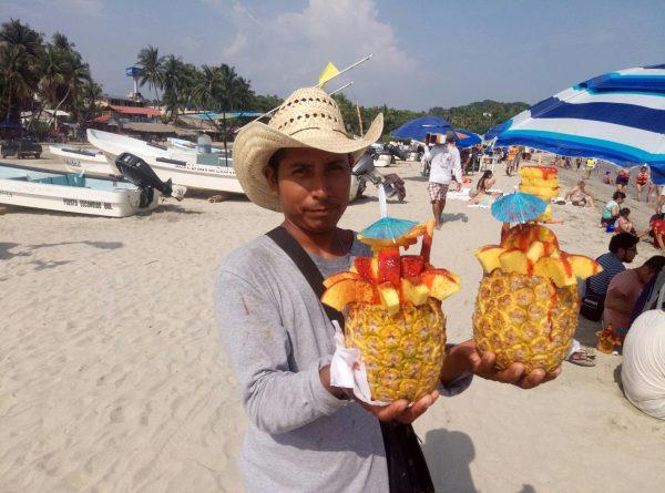 Ананасы на пляже Marinero Пуэрто Эскондидо