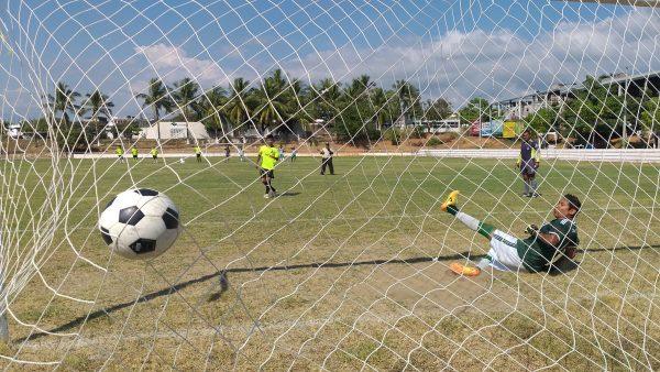 Спортивные игры в Мексики. Футбол в маленькой деревне.