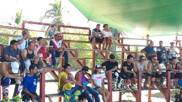 Участники соревнований по мотокроссу в Пуэрто Эскондидо