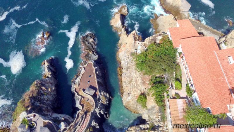 Вид с дрона на скалы где прыгают в воду в Акапулько.