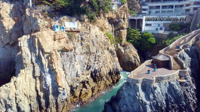 Прыжки в воду со скалы в Акапулько. Вид с дрона.