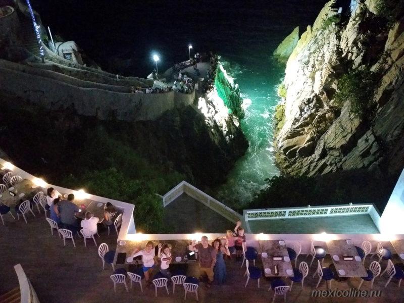 Прыжки в воду со скалы в Акапулько. Вид из отеля.