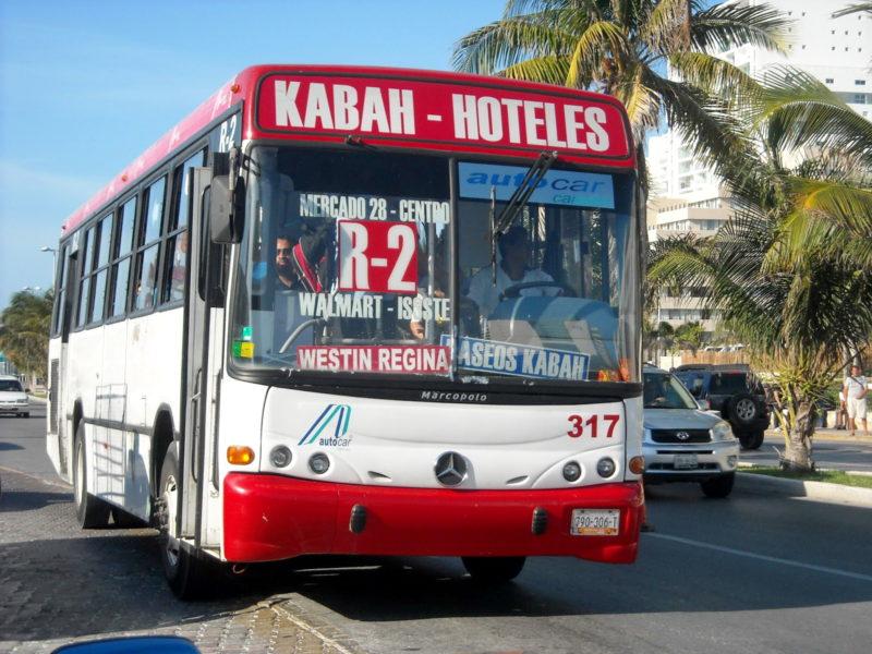 Городские автобусы R2 в Канкуне. Маршрут до Волмарт.