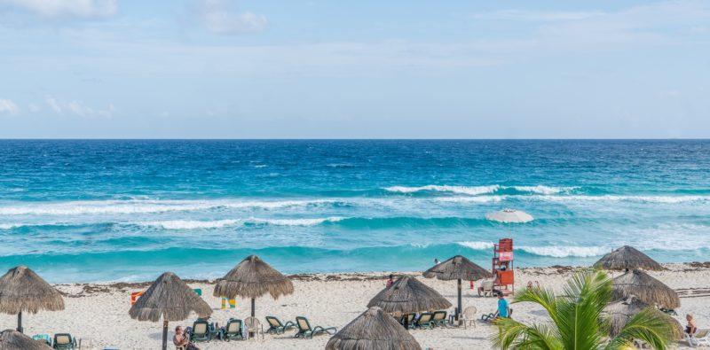 Пляжи Мексики. Дельфинес зоны отелей.