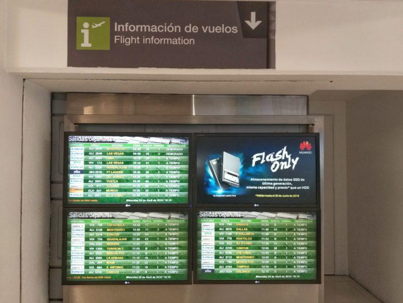 Табло прилета в Терминале 1 аэропорта Мехиео ДФ,