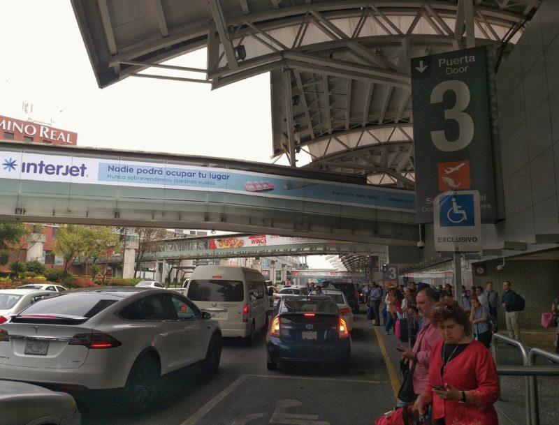 Аэропорт Мехико и входы для высадки пассажиров.