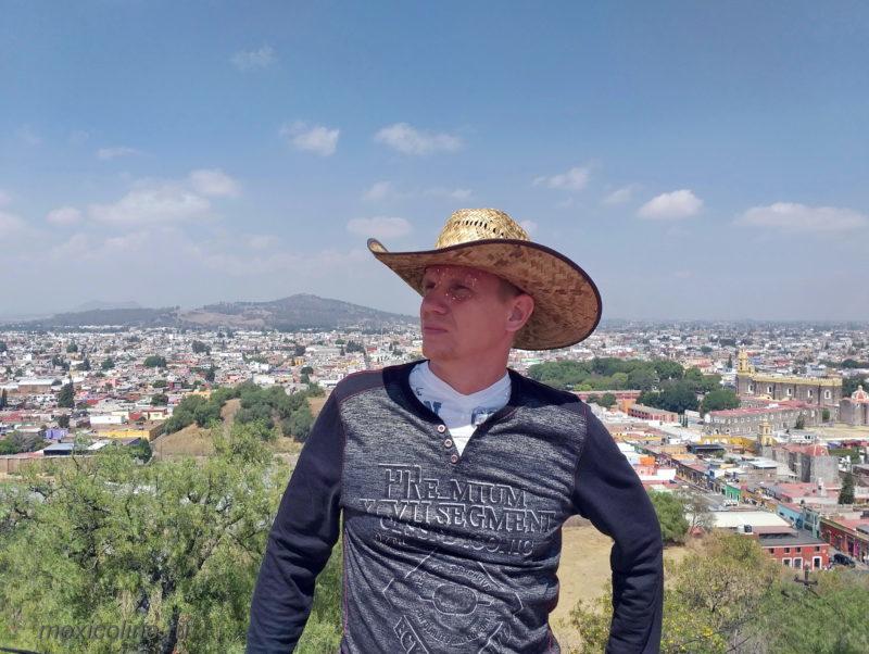 Пуэбла Мексика и пирамида Чолула. На террасе.