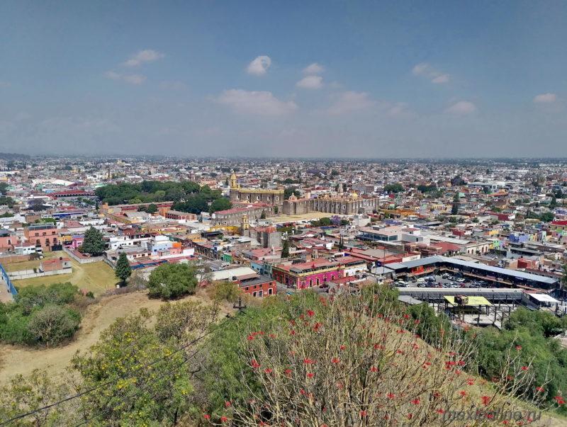 Пуэбла Мексика и пирамида Чолула. Панорамный вид.